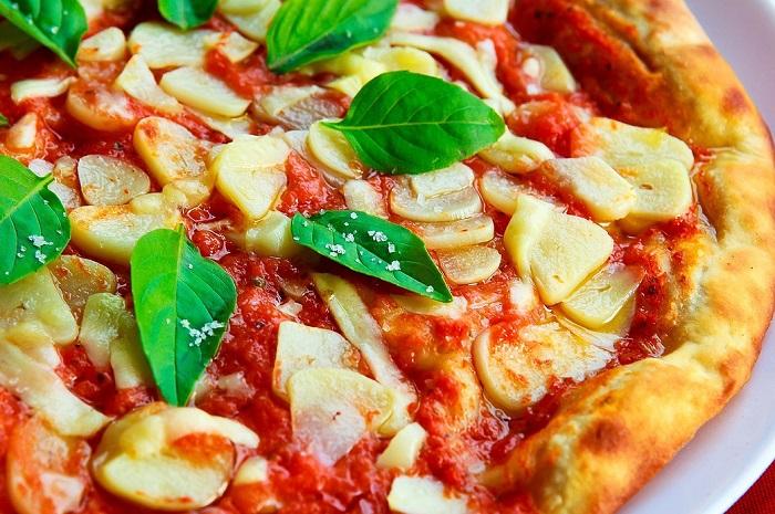 Frische Pizza auf dem Teller