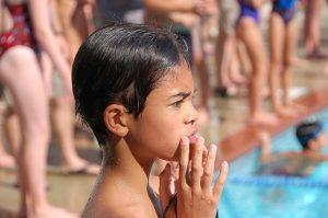 nachdenklicher Junge schwimmen