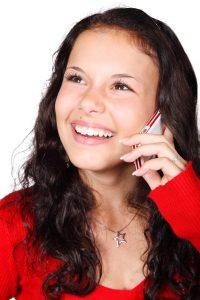 Jugendliche telefoniert