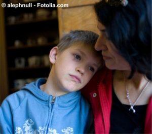 Mutter und Kind tröstend