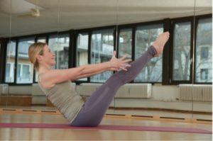Yoga das Boot Übungen Frau