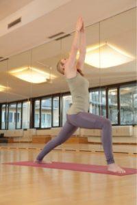 Yoga Krieger 1 Übung Frau