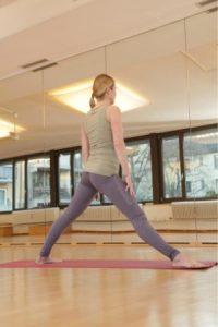 Yoga Krieger 2 Übung Frau
