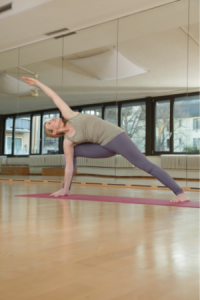 Yoga gestreckte seitliche Winkelhaltung Übungen Frau