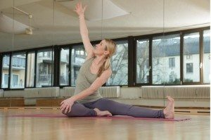 Yoga gedrehte Kopf an Knie Haltung Übungen Frau