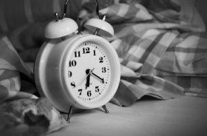 Der ständige Blick auf die Uhr kann einem nachts den Schlaf rauben