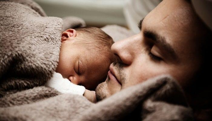 Baby schläft auf Vaters Brust