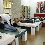 Physiotherapeuten testen ergonomische Matratzen