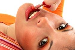 Pubertät-Mädchen schminkt sich