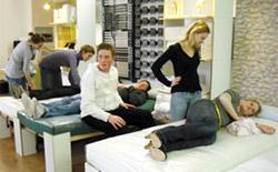 Auszubildende der Physiotherapieschule bei der Unterweisung von Walter Braun