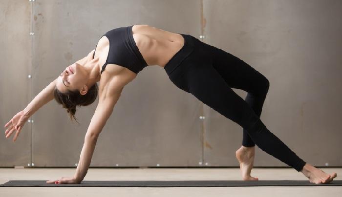Frau macht eine Yogaübung