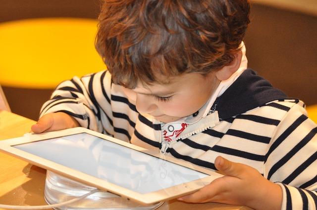 child-1183465_640 Junge Tablet spielen