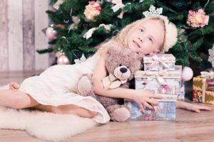 girl-1848925_640 Mädchen glücklich Weihnachtsbaum Geschenke