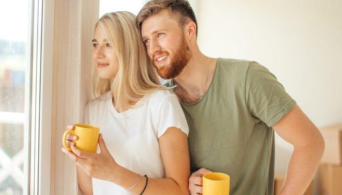 Ein glückliches Paar am Fenster