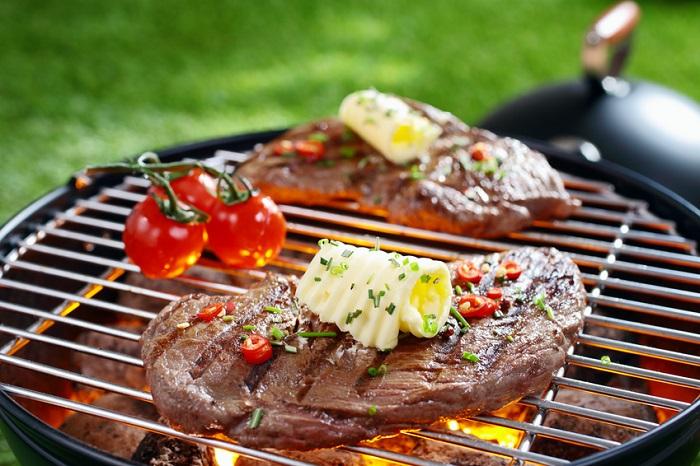 Saftige Stückchen Fleisch und Gemüse auf dem Grill