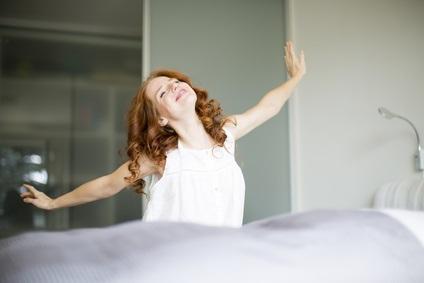 Frau im Bett beim aufwachen