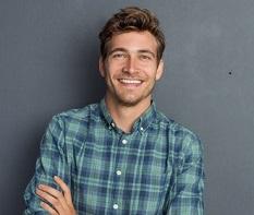 Hübscher jünger Mann mit kariertem Hemd