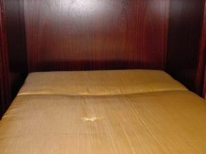 Doppelbett mit Loch in der Matratze
