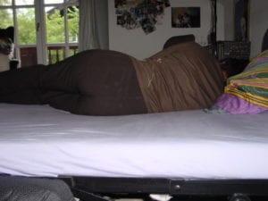 Ungünstige Seitenlage bei Frau, Schulter sinkt nicht in die Matratze ein