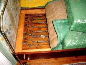 altes Bett mit einem alten Eisen-Federrahmen