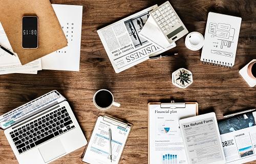 Schreibtisch mit verschiedenen Utensilien