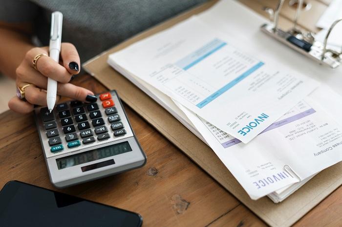 Büro - Rechnungserstellung mit Rechner