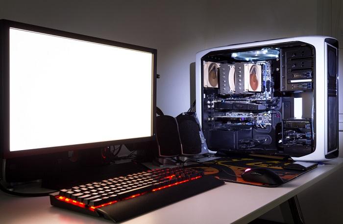 Computer mit Tastatur und Bildschirm