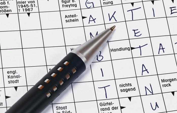 Kreuzworträtsel mit darauf liegendem Stift
