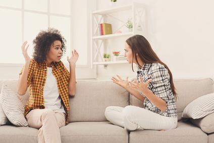 Zwei Frauen streiten sich