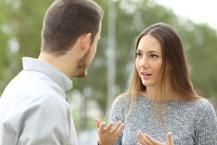 Mann und Frau sprechen sich aus