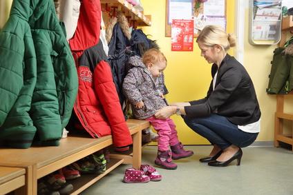 Stiefmutter holt Kind vom Kindergarten ab