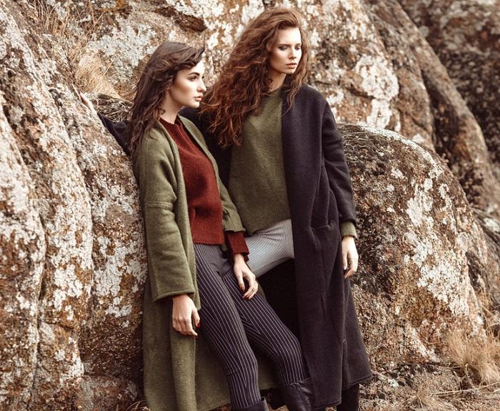 Zwei Frauen mit Wollmänteln
