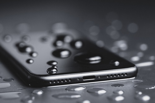 Smartphone liegt im Regen