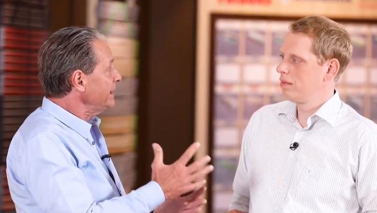 Walter Braun erklärt die Probleme mit Schulterschmerzen auf der Matratze