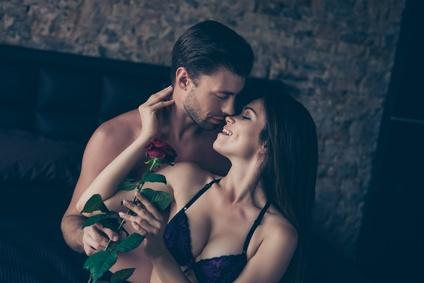 Mann und Frau Küssen sich zärtlich