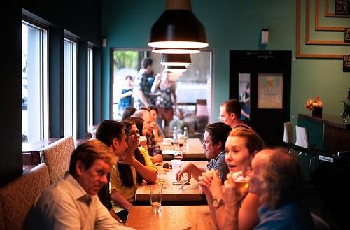Menschen sitzen in einem Restaurant und unterhalten sich