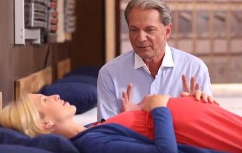 Walter Braun berät eine schwangere Frau beim Matratzenkauf