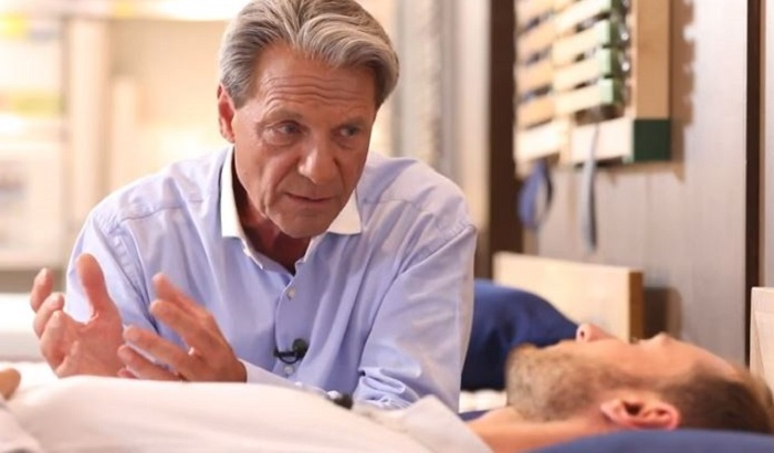 Walter Braun berät einen Kunden in Rückenlage