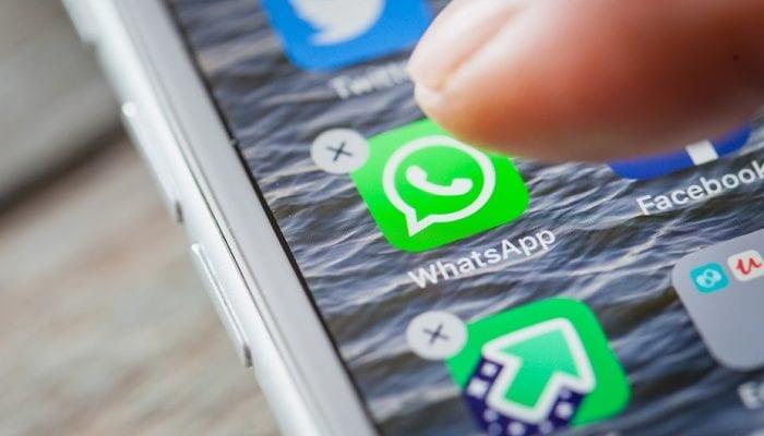 Finger tippt auf die WhatsApp App