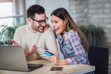 Junges Paar freut sich am Computer