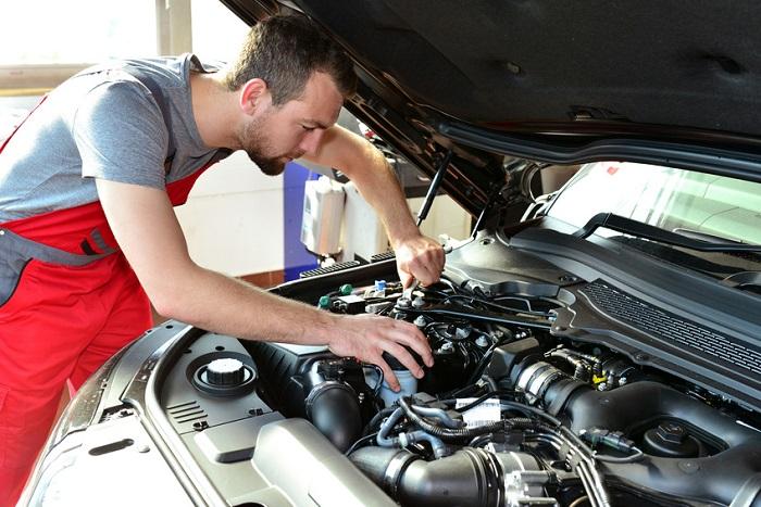Mechaniker arbeitet am Motor eines Autos