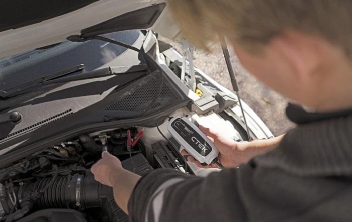 Mechaniker prüft Batteriespannung