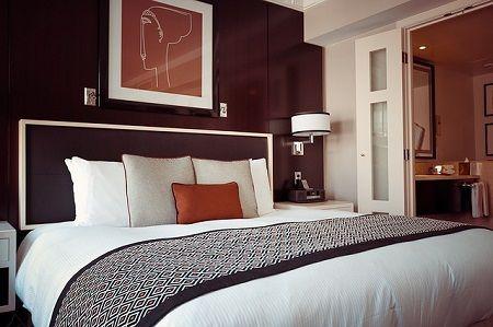 Ein schönes Boxspringbett im Hotelzimmer