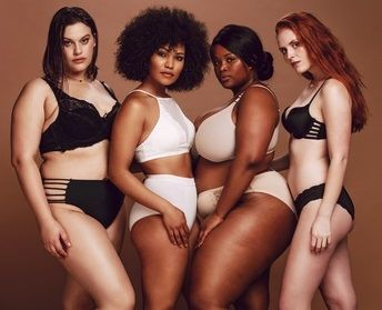 Vier Frauen mit unterschiedlichen Figuren