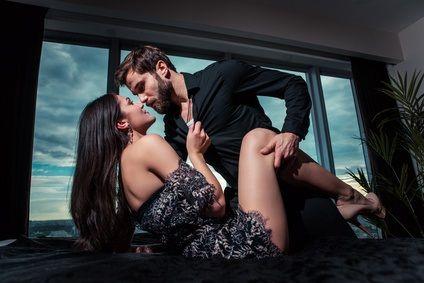 Ein Mann hat Sex mit einer Frau auf einem Tisch
