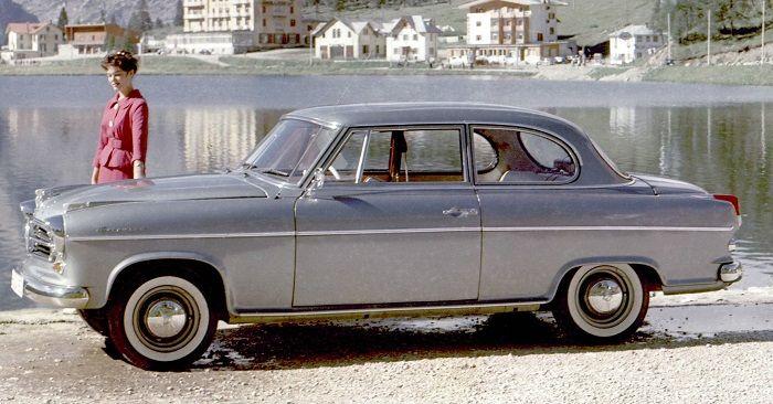Eine silberfarbene Isabella Classic Limousine vor einem See