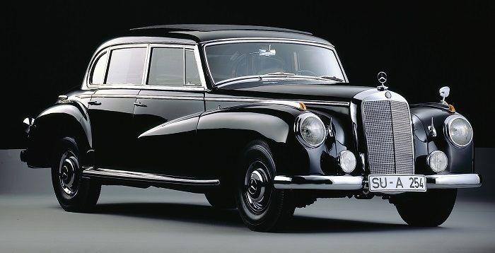 Ein schwarzer Mercedes Benz 300 von 1951 im Studio fotografiert