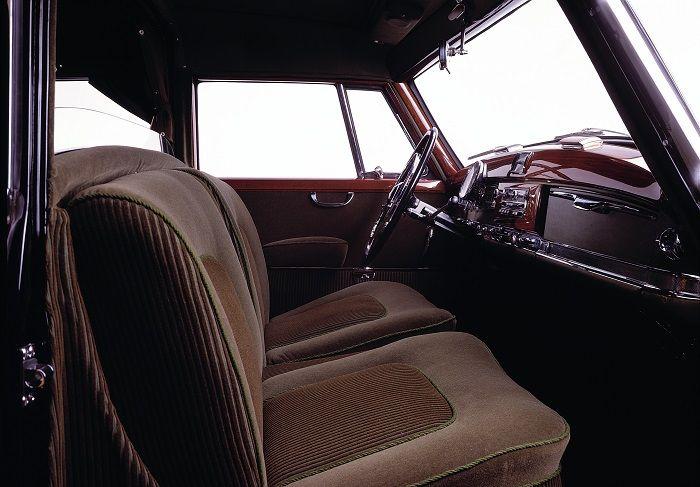 Armaturen und Innenansicht eines Adenauer Mercedes in brauner Farbe gehalten