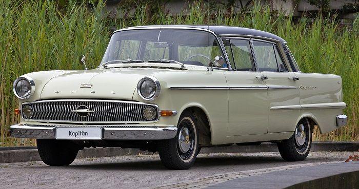 Ein Opel Kapitän Baujahr 1962 steht auf einer Strasse