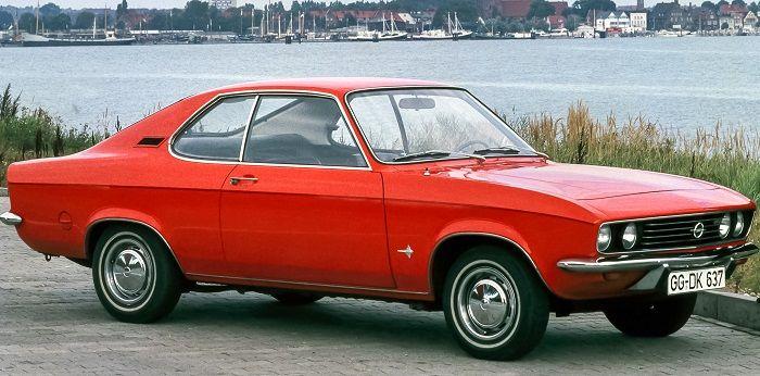 Ein roter Opel Manta Baujahr 1971 steht vor einem Fluss